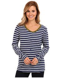 weißes und dunkelblaues horizontal gestreiftes T-shirt mit einer Knopfleiste
