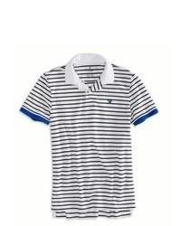 weißes und dunkelblaues Polohemd