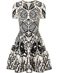 weißes und schwarzes bedrucktes Skaterkleid von Alexander McQueen