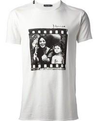 weißes und schwarzes bedrucktes T-Shirt mit einem Rundhalsausschnitt