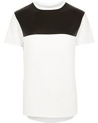 weißes und schwarzes T-Shirt mit einem Rundhalsausschnitt