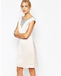 weißes verziertes gerade geschnittenes Kleid
